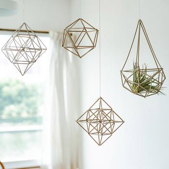 北欧の伝統的な装飾「ヒンメリ」。天井から吊るせば、エアコンや窓からの風でゆらぐ姿に癒されます。エアプランツやドライフラワーを飾っても可愛いですよ。