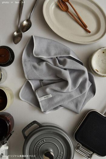 こちらは、老舗の繊維工場「原田織物」が手がけた高品質のクロスです。手触りの良さ、吸水性、速乾性を全て兼ね備えています。鮮やかすぎず、キッチンに馴染むカラーも素敵。