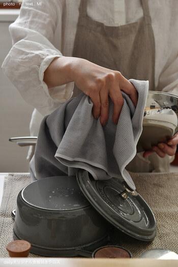 60cm×45cmとビッグサイズで、フライパンやお鍋などもあっという間に拭き上げられます。グラスを拭けば、繊維残りもなくピカピカに!