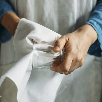 清潔感あふれる和晒は、使い道が幅広く頼りになるアイテム。キッチンペーパーだと水に弱く破けてしまいがちですが、和晒は食器拭きとしても使える丈夫さが魅力です。料理の時から後片付けまで活用できますよ。
