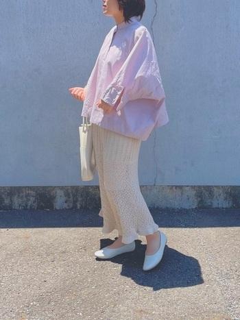 ふんわりとした色合いの女性らしいシャツコーデです。  ゆるっとしたピンクのドルマンスリーブシャツに、ロングの透かし編みのニットスカートのすとんと落ちるラインが絶妙にマッチしています。ピンクといっても、ニュアンスのある色味なので、大人っぽく着こなせますね。