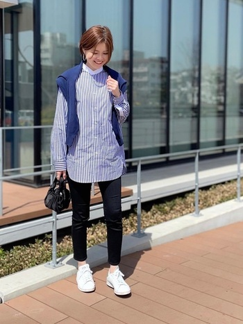 こちらはもう少しサイズ感を落として、ゆとりを少なくしたオーバーサイズスタンドカラーシャツコーデ。黒のパンツにオーバーサイズスタンドカラーシャツという組み合わせは同じですが、サイズ感の違いで受ける印象がずいぶん変わります。  足もとには白のスニーカーを合わせ、アクティブな雰囲気に。格好いい大人の女性の着こなしです。
