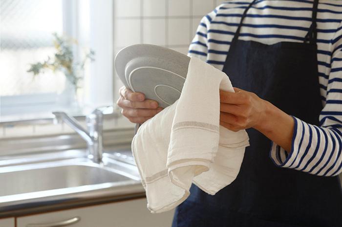 太めの糸で織った東屋のふきんは、吸水性も速乾性も抜群!1枚でたくさんの食器を拭き上げられる、頼もしいふきんです。サイズは2種類あるので、食器拭きと台拭きで使い分けても良いですね。