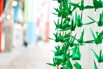 お祭りなどでは千羽鶴にして飾られることもあります。