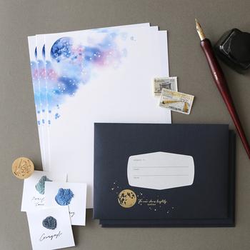 ブルーとパープルのミックスが大人っぽい印象の「月夜のレターセット」。封筒には金箔で月が印刷され、上品な輝きを放っています。「夜に書いた手紙は出すな」なんて言われていますが、月の綺麗な夜に書きたくなりますね。月のパワーが言葉をより魅力的に見せてくれそうです。