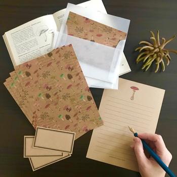 古い図鑑から飛び出したようなキノコが、ヴィンテージペーパーを背景に並んでいます。アンティークな雰囲気のレターセットは、なぜか万年筆で手紙を書きたくなりますね。