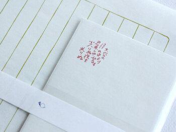 封筒には、与謝野鉄幹・晶子夫妻が月光荘と名づけた時の詩「大空の月の中より 君来しや ひるも光りぬ 夜も光りぬ」が印字されています。高尚な佇まいのレターセットなので、友人はもちろん目上の方へのお手紙にも安心して使えますね。