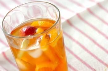 カラフルなフルーツをミックス!こちらはイチゴ、キウイ、オレンジをセレクトしたフルーツティー。先に紅茶を淹れて蒸らしておく用のポットと、その後、アイスフルーツティーを作る用のポット、2つポットを使うと、きちんと紅茶の香りも立って、冷やす際も手際よくできますよ。