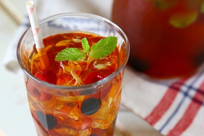 冷凍ベリー&イチゴジャムのアイスティー。茶葉はルイボスティーをセレクト。乾いた体に美味しく、効率よく水分を補給できそうですね。