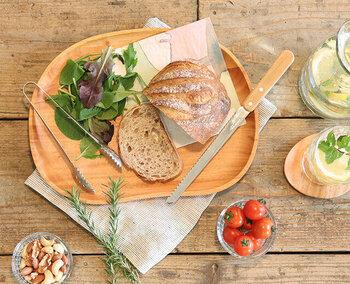 あると便利な大きめのトレーはプレートとしてお料理を盛ってお洒落なワンプレートランチにすることもできます。木のぬくもりが感じられる柔らかな色合いで、他のお皿とも合わせやすく、盛り付けた料理の見栄えも良くなりますよ!