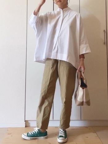 白のドルマンスリーブシャツにはゆるくプレスをかけたベージュのパンツで、カジュアルに。  足元には定番のコンバーススニーカーを合わせて、きちんと感のあるシャツにすこしラフさをプラスしています。ゆったりとしたシャツのラインがとてもきれいに出ていますね。