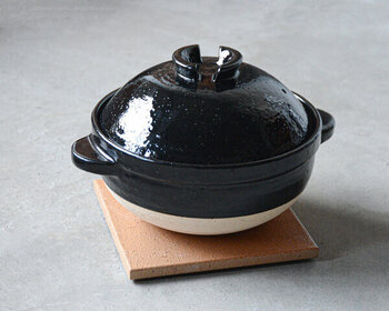 まるでかまどで炊いたようなおいしいご飯が炊ける土鍋。ご家庭で炊飯器を持たず、土鍋でご飯を炊いているというお話もチラホラ聞くようになりました。実は炊飯器よりもお米が早く炊ける土鍋は短時間でご飯を炊きたいときにも重宝します。