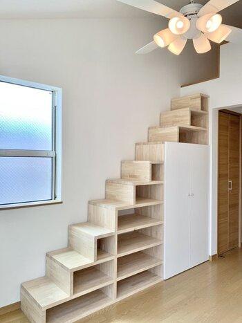 もちろん、ロフトに上がるまでのスペースを収納に使うこともできます。はしごではなく、このような収納棚と一体化した階段タイプであれば、文庫サイズの書籍や小物の収納など、たっぷり有効活用できそうです!