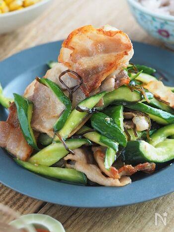 きゅうりに足りない旨味を補う豚バラと塩昆布との組み合わせ。炒めて食べる事できゅうりがしっかりしたメインディッシュになります。きゅうりは生で食べる事が多い食材ですが、瓜の仲間なので加熱すると違った食感になっておいしくいただけます。