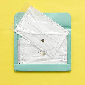 片面が透明になったプラスチック製のケースは、多目的に使える文房具です。A6サイズは丁度マスクが入る大きさで、使い勝手がいいんです。仕切りとマチが付いているので予備をいくつか入れておくことも可能です。