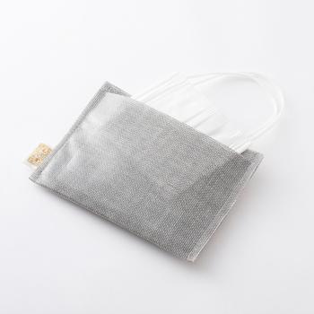 蚊帳生地に半透明のPVC素材を組み合わせたティッシュケースです。撥水性があるから、洗面所や濡れた手で触ってもケースが汚れなくて安心です。背面にポケットが付いていて、二つ折りのマスクを入れることができてます。
