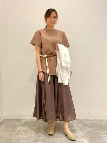 キナリ色のロープベルトを差し色にした、ベージュのワントーンでコーデ。涼やかなスカートに夏らしいロープがよく合います。