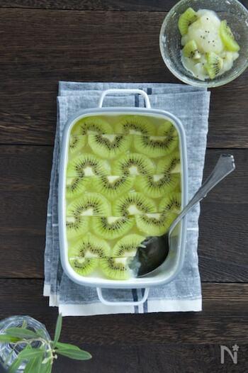 キウイがたっぷり入ったカルピスのゼリー。爽やかな酸味が夏場にぴったりです。