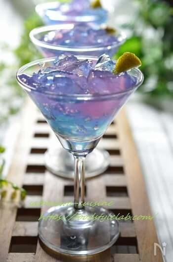 バタフライピーのハーブティーの自然な青色を活かしてキラキラ輝くゼリーに。夏にぴったりの見た目も爽やかなデザートの出来上がり。
