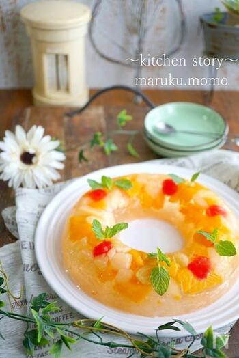 サイダーとフルーツ缶詰で作る、しゅわしゅわフルーツポンチ風ゼリーです。たくさんフルーツが入っているから、見た目も楽しい♪