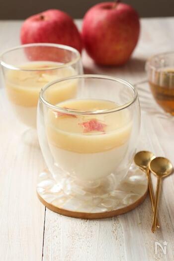 りんごのゼリーとヨーグルトのゼリーが二層になった、ひとつで二度おいしいデザート。粉寒天を使うからお腹にも優しい。