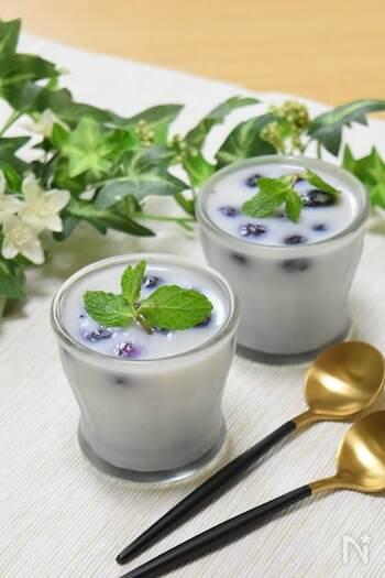 牛乳の柔らかな甘みとブルーベリーの酸味がマッチ。おやつにはもちろん、朝食のヨーグルトの代わりにもおすすめです。