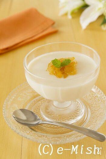ヨーグルトを使った、レアチーズケーキみたいなゼリー。上のジャムは、オレンジマーマレードなどで代用することもできます。