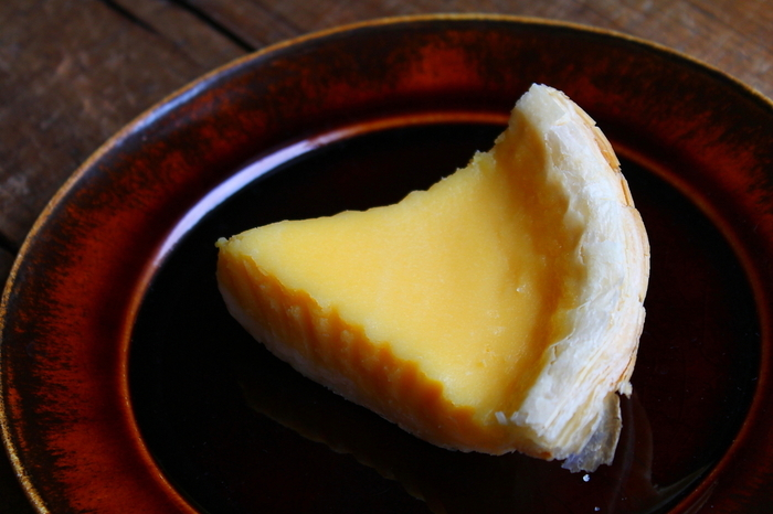 「レモンパイ」は1日約50台の限定販売。パイ生地はしっとりとしていて、濃厚なレモンクリームとのバランスが格別です。レモンクリームはフレッシュレモンを絞っているので、香りと酸味が際立っているのが特徴。数あるパイの中でもファンが多い逸品です。