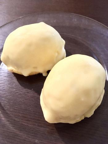 看板スイーツは「しあわせのレモンケーキ」。日本一のレモンケーキを目指して作っと言うスイーツは、飯村さんが自ら足を運んで厳選した素材を使用しています。瀬戸田産のレモンは香りが高く、果肉とチョコレートでコーティングされた表面はしっとりとした口当たりが特徴です。
