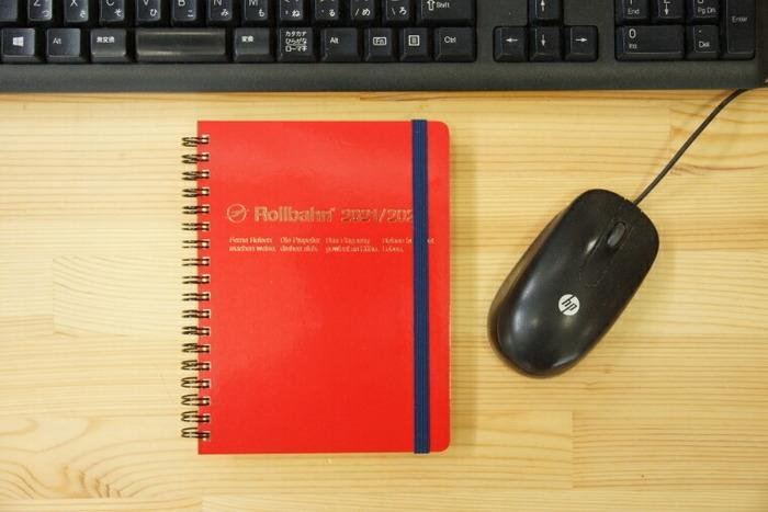DELFONICSの始まりは1987年。オリジナル手帳の作成から始まりました。 手帳は、変化するトレンドやニーズに合わせ、年に3回、新作が発表されるそのユニークなデザインは、雑貨を扱うショップやファッション業界からも注目を集めています。
