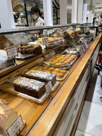 """新宿伊勢丹の地下1階にある「noix de beurre(ノワ・ドゥ・ブール)」。店舗名は、フランス語で""""小さなバターのかたまり""""を意味します。高級感あるショーケースには、バターの芳醇な香りが人気のフィナンシェやマドレーヌなどが並んでいますよ。"""