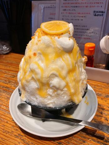 真っ白な氷にイエローのソースがインパクト抜群の「レモンたっぷりの有機レモン&チーズのかき氷」は、レモンピューレとレモンカード、ミルク、クリームチーズソース、ホイップ、レモンムースなどレモンとチーズがふんだんに使用されています。