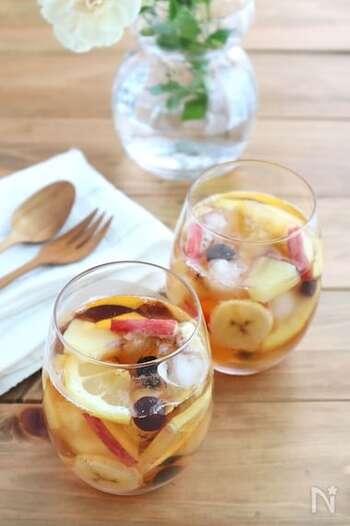 りんご、バナナ、レモン、パイナップル、全て薄切りにカットして、紅茶の中へ。事前にカットフルーツを冷凍しておくと、氷代わりにもなって、よりひんやり感を楽しめます。