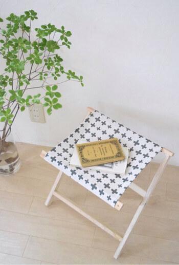 来客用やキッチンでちょっと腰掛けたいときなどに使う折りたたみ椅子は、収納しやすいコンパクトタイプがおすすめ。クローゼットや押入れの小さな隙間に入るよう、座面が小さめでたたんだときに薄くなるものが良いでしょう。