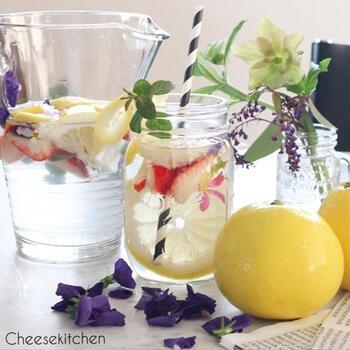 エディブルフラワーは食べられるお花。ビタミンやミネラルも含む、栄養価の高い食材です。いろどり豊かなデトックスウォーターをボトルに詰めれば、持ち歩くのがうれしくなりそうですね。
