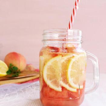 スイカは夏の果物の王様的存在。ミネラルや糖分を豊富に含んでいるので、熱中症対策として積極的に摂りたいフルーツです。スイカのデトックスウォーターを作っておけば、いつでも手軽に飲めますね。