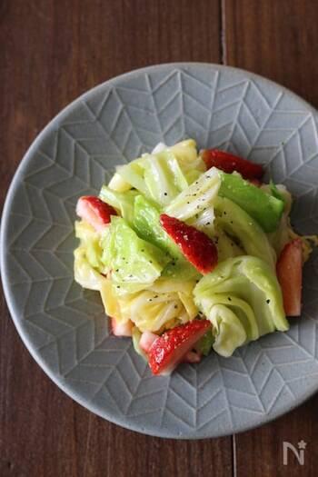 さっと湯がいたきゃべつと苺を合わせて、甘酸っぱく仕上げた簡単サラダ。キャベツを茹でる時間がない!というときは、オリーブオイリを入れたビニールに入れてレンチンでもOK!赤色の苺が食欲をそそります。