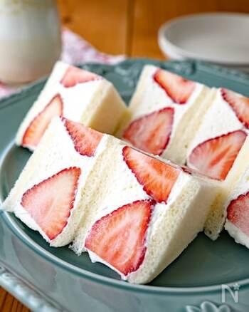 モーニングやブランチ、ピクニックにも持って出かけたくなる苺のフルーツサンド。断面の美しさを楽しみながら、生クリームの甘さといちごの甘酸っぱさを楽しみましょう。パクっと一口食べれば、子供も大人も思わず笑顔になりそうです♪