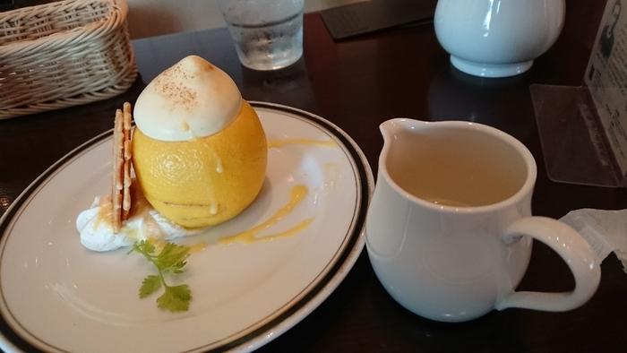 カフェのおすすめスイーツは、こちらの「檸檬」。梶井基次郎の小説「檸檬」を表現したスイーツで、レモンを丸ごと器にしていて、見るからに爽やか。