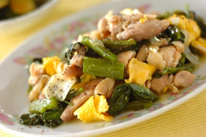 鶏肉と卵にはたんぱく質が多く含まれ、つるむらさきには抗酸化作用のあるβカロテンが含まれています。つるむらさきの独特の香りは油と合わせることで和らぎますし、粘り気がとろりとした食感になりおいしく味わえます。