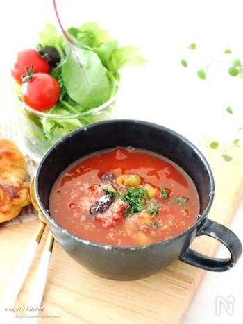 トマトの赤い色素成分リコピンには抗酸化作用があります。暑い夏、短時間でできるうれしいレシピ。好みでパルメザンチーズやパセリを添えてもいいですね。