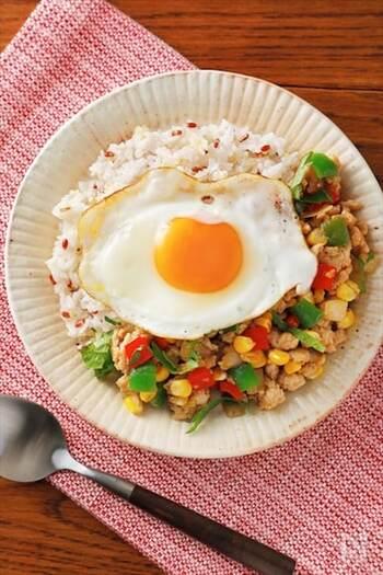 いつもの白ごはんに雑穀をプラスするだけで抗酸化力アップ!雑穀を選ぶときは鮮度のいいものを選んでください。色鮮やかで香りが豊かなガパオライスは食欲をそそります。