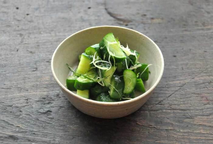 浅漬けの基本はお野菜の重さの2%の塩を利かせることです。きゅうり2本には、自然塩小さじ約2/3程度のお塩が目安です。昆布を使わず、シンプルに生姜と大葉を合わせたさっぱりとしたレシピです。