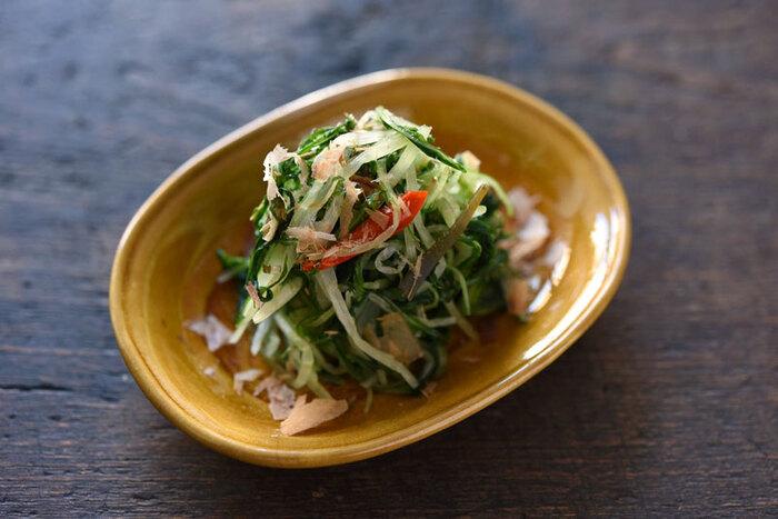 水菜を使った手軽な浅漬けのレシピです。半日ほど漬け込むので、ちょっと時間がある時や水菜が余った時に向いています。お野菜の重さの2%の塩と昆布、唐辛子を揉み込んで漬けます。食べる前にしっかりと絞って、お醤油やおかかを添えてどうぞ。
