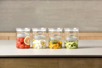 耐熱性の丈夫なガラスでできた、重しがセットになったコンパクトなサイズの漬物器です。透明だから、中のお野菜の漬かり具合も一目でわかります。