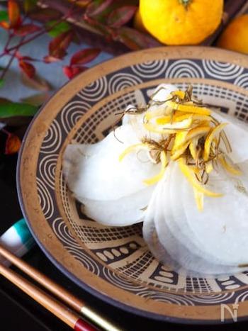 薄く輪切りにした大根に、塩とゆず、砂糖、納豆昆布で味付けします。千枚漬けのようなとろりとした甘みのあるお漬物です。