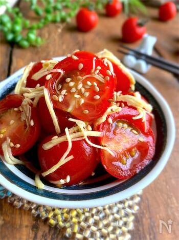 半分に切ったミニトマトに、塩、砂糖、酢、ごま油、白だし、生姜を加えて漬け込むレシピです。トマトの甘さと酸味が引き立つ夏らしい味わいです。