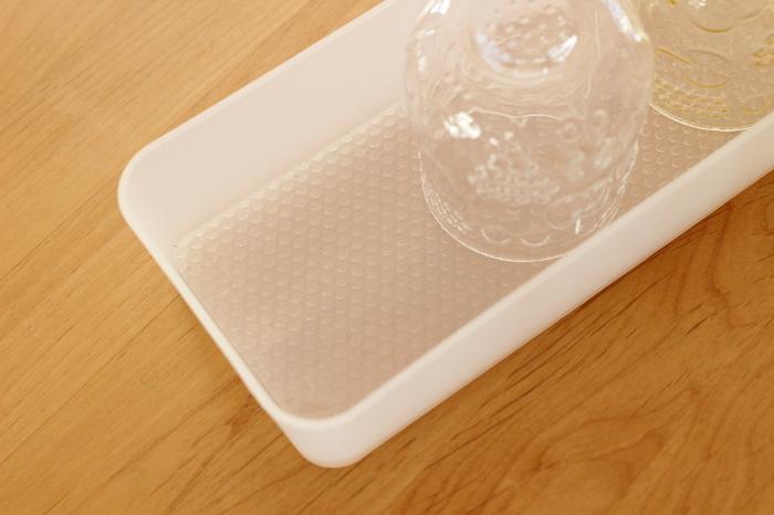 ケースの底にはニトリの滑り止めシートを敷いています。ケースを出し入れする時に中のグラスが動かないので、ガチャガチャと音がすることもありません。割れやすいグラスも安心ですね。