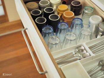 食器棚の引き出しにグラスやマグカップなどを1つずつ並べて収納。引き出しとグラスの高さがあっているので、見やすくなっていますね。重ねて収納しないので出し入れがスムーズです。