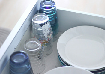 家族みんなが日常使いするコップは、引き出しの一番手前に収納。引き出しを少し開けるだけでサッと取り出せます。背の低いグラスなら重ねて収納すれば省スペースに収まりますね。